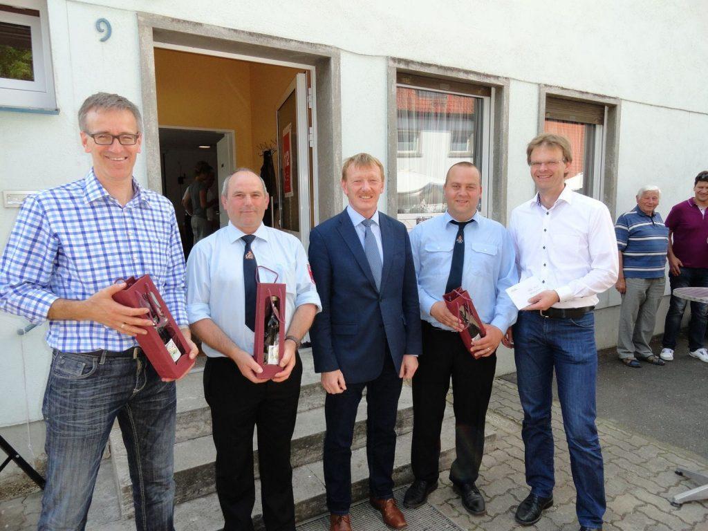 Bürgermeister Peter Juks übergibt Geschenke