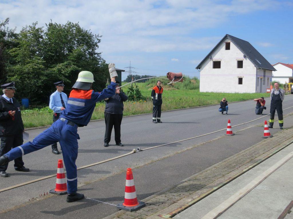 Zielwerfen mit der Feuerwehrleine